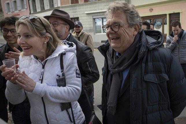 Le nouvel élu Jean-Claude Cornu tout sourire au moment de consulter les résultats sur le pilier public. © Alain Wicht